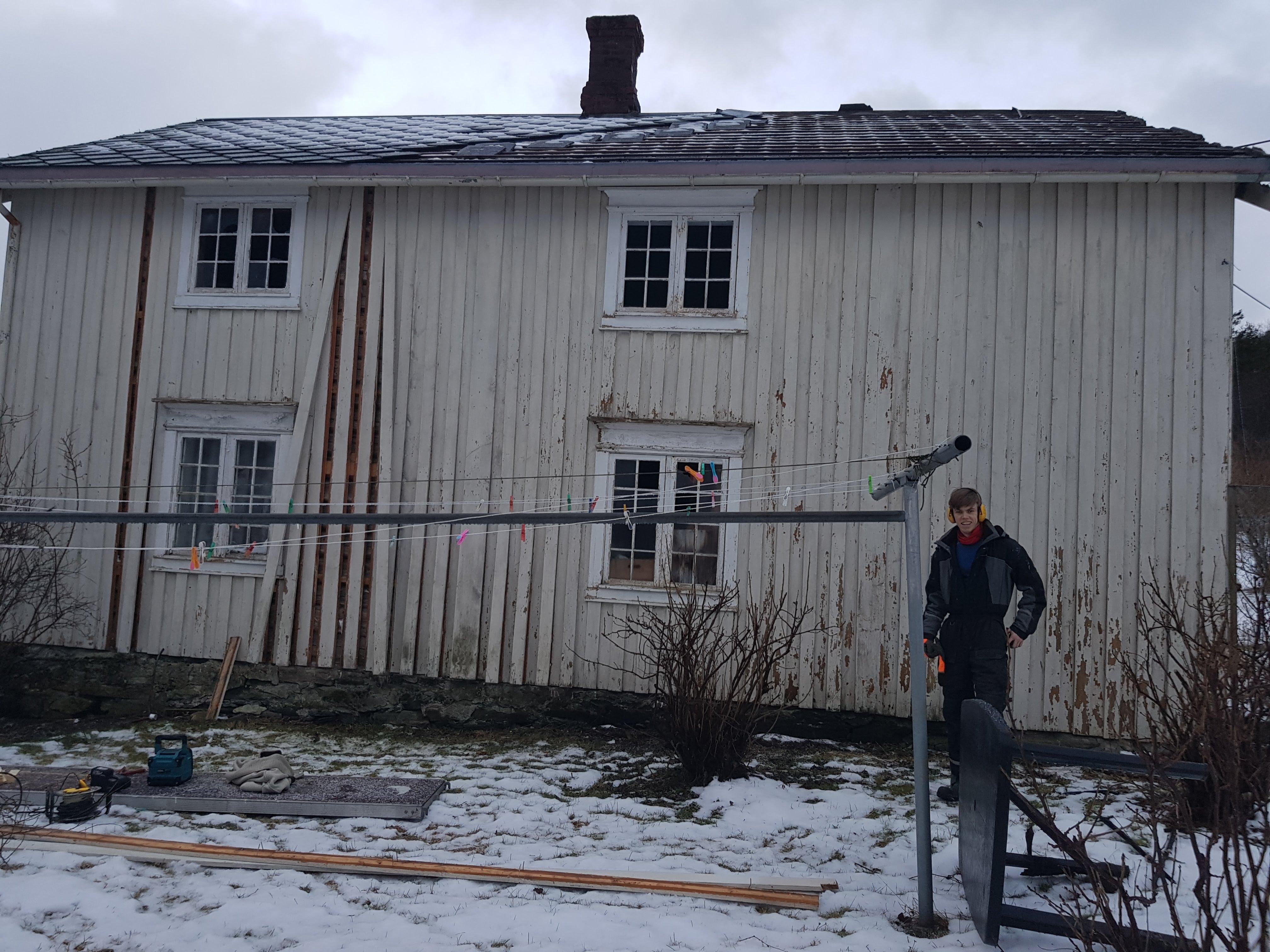 Emil på familiegården til Ola Ravn i Hasselvika.