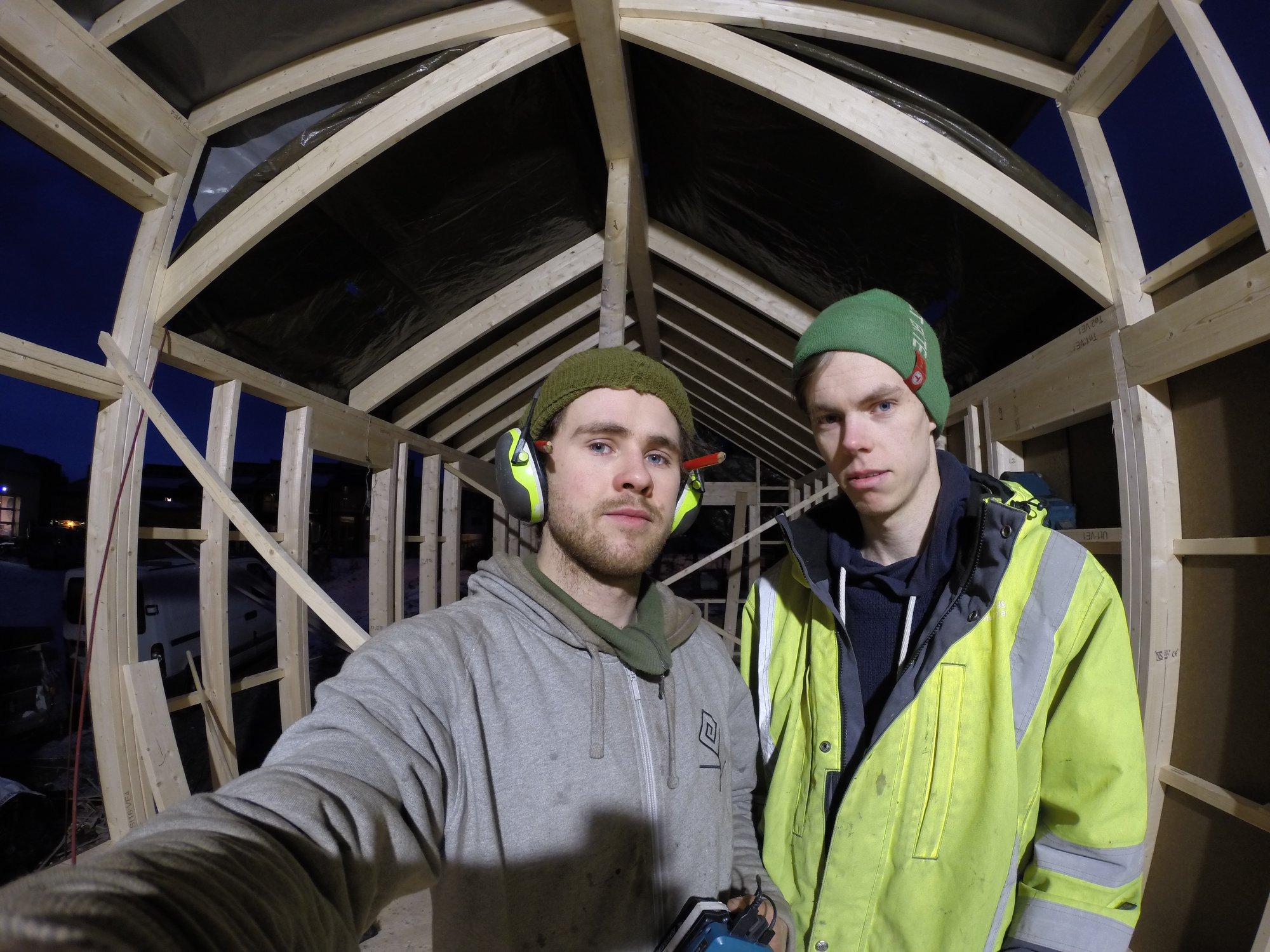 Ola Ravn og Emil innafor rammekonstruksjonen.