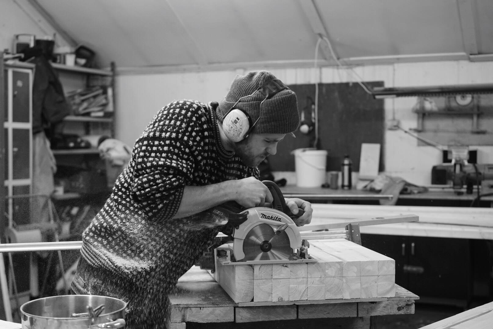 Jobbing på verkstedet. Foto: Rikke Løe Hovdal.