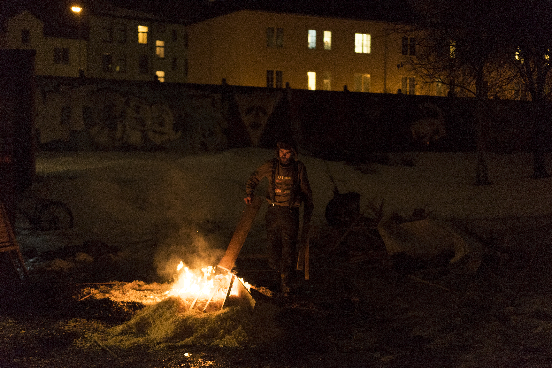 Bål ved snekkerverkstedet. Foto: Rikke Løe Hovdal.