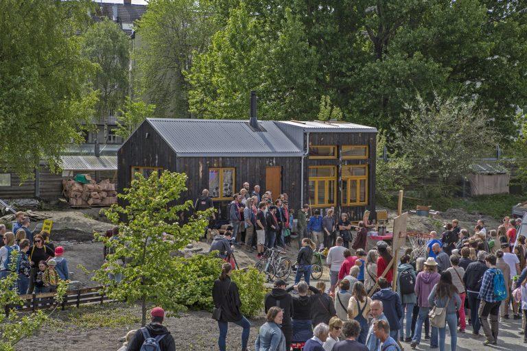 Svartlamon Hardkor foran huset under åpninga. Foto: Tobias Liljedahl.