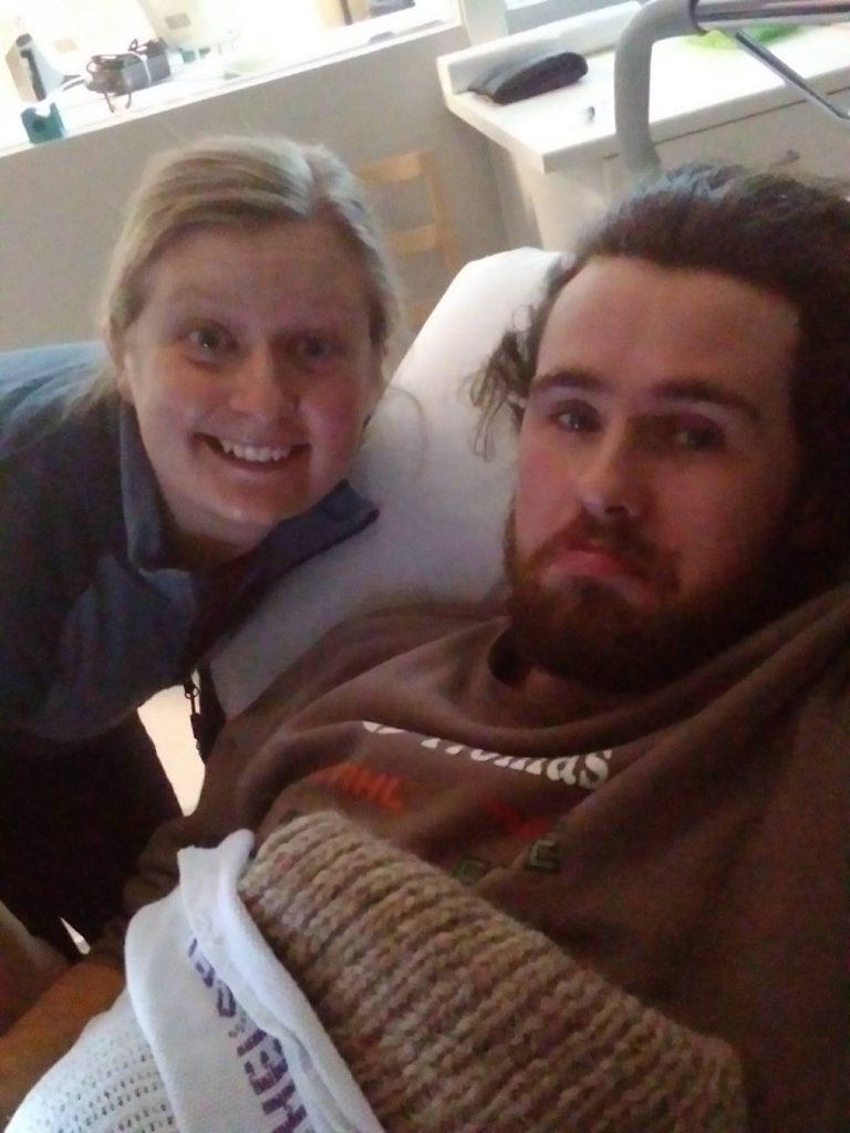 Ola Ravn med lege/venn/bursdagsbarn Elisabeth på Røros sjukehus etter uhellet.